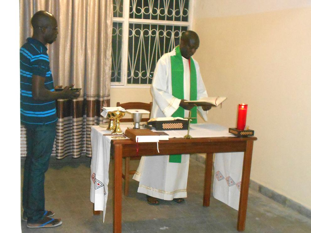 pendant la Première Messe dans la communauté